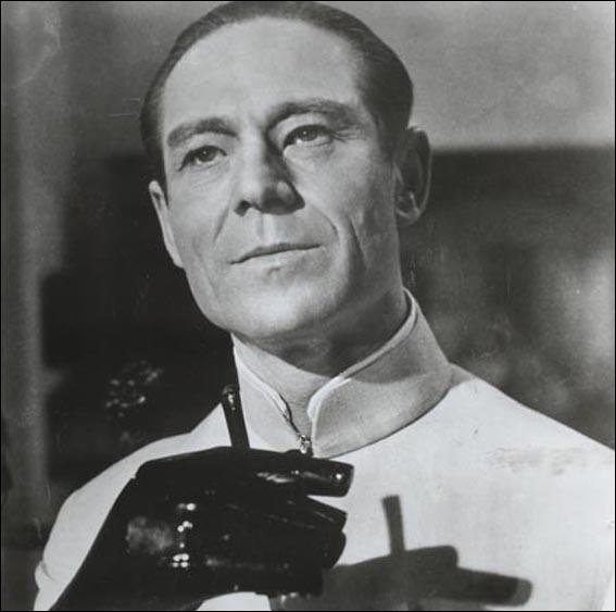 Premier méchant des James Bond, le docteur Julius No a pour mère une chinoise de Pékin et comme père un missionnaire allemand. Mais l'acteur Joseph Wiseman qui l'incarne vient de...