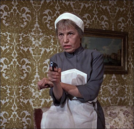 Rosa Kleb possède une arme diabolique. Laquelle ?