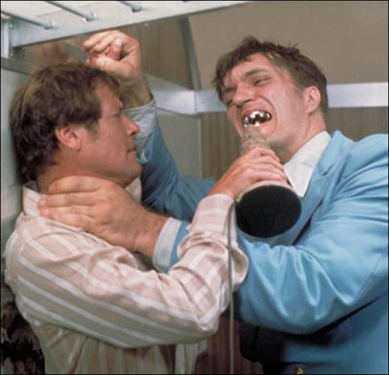 """On adore ce géant de 7 pieds et 2 pouces qui ressemble à Frankenstein version améliorée ! Dans quel film fait-il ses débuts, ce vilain au prénom si bien choisi : """"Jaws"""" (les mâchoires) ?"""