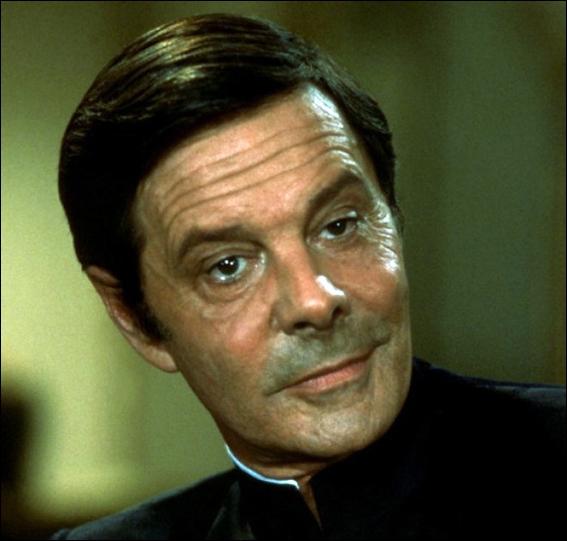 Revenons à Bond. Quel est cet acteur français, plus célèbre aux États-Unis que dans son propre pays (fait très rare), qui incarne le vilain Kamal Khan ?