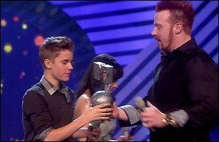 A qui Sheamus donne-t-il son Grammy Awards ?