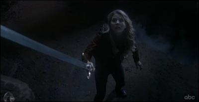 Contre qui Emma se bat-elle en même temps que son père dans un flashback ?