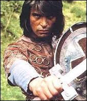 Kai le saxon et Arthur le celte sont amis, et combattent côte à côte. Oliver Tobias prête sa belle gueule au Roi Arthur, dans cette série...