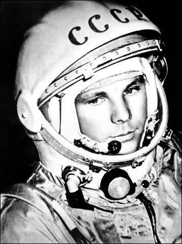 Que signifie « Spoutnik » ? Quel est le nom du premier homme qui est allé dans l'espace ?