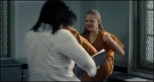 Comment s'appelle la surveillante qui se prend un coup de pied dans la tête au début du film (en prison) ?