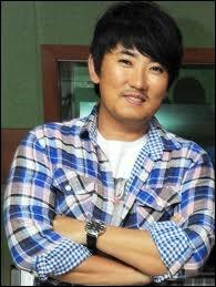 Lee Seung Chul chante ...