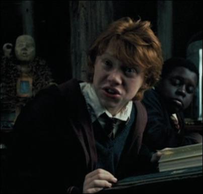 Pourquoi Ron trouve-t-il Hermione étrange ?