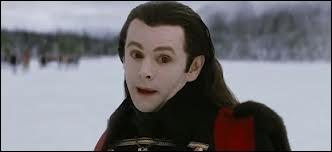 Quand Alice montre l'avenir à Aro, lequel des Volturi voit-on la tête arrachée ?