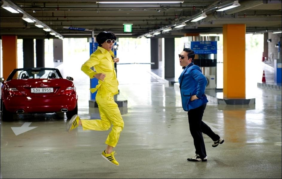 Qui est la personne habillée en jaune dans le MV ?