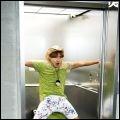 Comment s'appelle la personne qui se trouve dans l'ascenseur ?