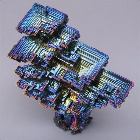 Tous les sels et vapeurs de ce métal sont toxiques. Il a été longtemps confondu avec le plomb et l'étain.