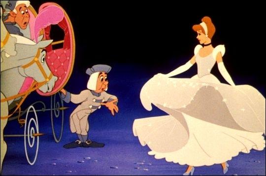 Dans Cendrillon, comment le Roi et le Grand-Duc décident-ils de faire essayer la pantoufle de verre à toutes les femmes du royaume ?