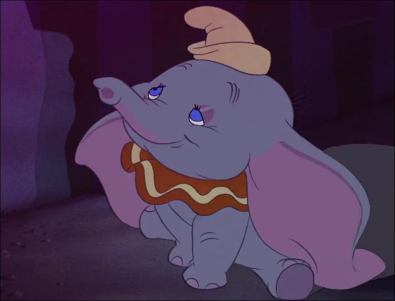 Dans Dumbo, quel est l'objet que tient Dumbo pour voler ?