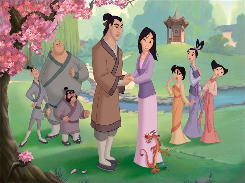 Dans Mulan, en quoi ses amis se déguisent-ils pour sauver l'empereur de Chine ?