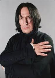 Cette personne que l'on croit avec Voldemort meurt dans le dernier film.