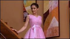 A qui est la robe qu'elle porte ?