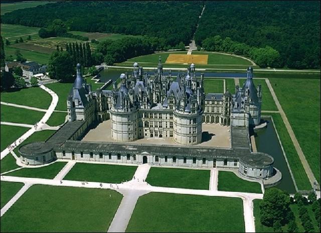 Quel est l'intrus parmi ces célèbres châteaux du royaume de France ?