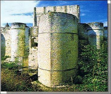 Cette forteresse se compose d'un donjon rectangulaire du XIe siècle protégé par des murailles défensives. Elle est un véritable bastion en forme de proue. De quelle oeuvre architecturale s'agit-il ?