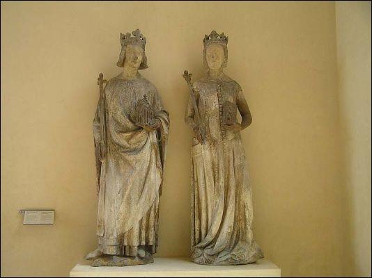 Un vrai portrait d'un roi (1338-1380) apparaissant en saint Louis. Il est accompagné de son épouse Jeanne de Bourbon. Cette statue fut sculptée en 1375 pour le portail des Quinze-Vingts.