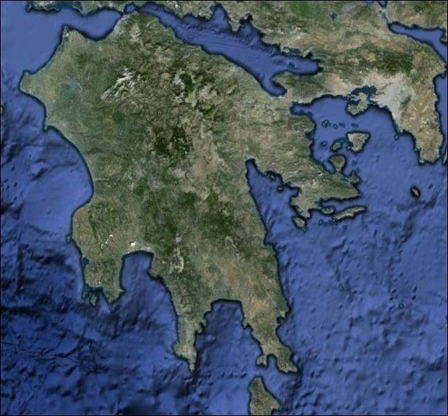 Quel est le nom de cette péninsule, liée au continent par l'isthme de Corinthe ?