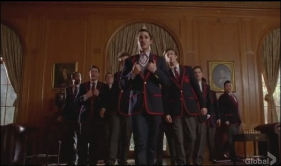 Saison 4 épisode 7 : Blaine doit récupérer le trophée des nationales volé par la Dalton Academy. Les Warblers veulent qu'il revienne parmi eux. Accepte-t-il ?