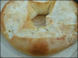Voici la photo d'un dessert typique du Sud-Est de la France, cette pâte levée est parfumée à la fleur d'oranger. Il s'agit de …