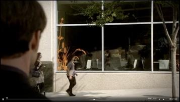 Avec quoi Elijah brise-t-il la vitrine du café ?