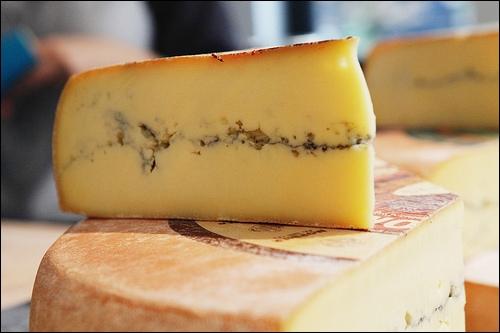 Comment s'appelle ce fromage à base de lait de vache cru provenant de Franche-Comté ?