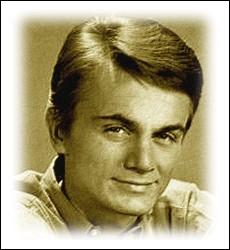 Il enregistre un premier  45 tours  sous le pseudonyme de Koko, mais il obtient son premier succès en octobre 62 sous un nouveau nom de scène avec ... .