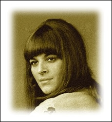 De son vrai nom Nicole Grisoni, elle enregistre en 1966 son premier disque et enchaîne les succès dès 1967, notamment avec ... .