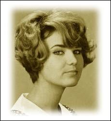 Considérée parfois comme la   Piaf blonde   en raison de sa voix puissante et à la modulation rocailleuse, elle chantait à ses débuts en 1964 ... .
