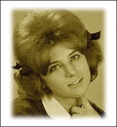 En 1962, cette chanteuse enregistre son premier  45 tours  solo, avec le titre choisit pour son pseudonyme ... .