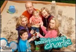 Quel est le nom de la famille vedette de la série   Bonne chance Charlie   ?
