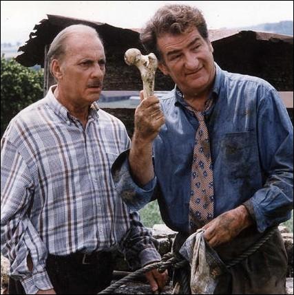 Qui était l'animateur de l'émission   Qui est-tu ?   , dans le film  Le Bonheur est dans le Pré , l' émission télévisée dans laquelle Michel Serrault (retrouve) sa famille ?