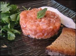 Saumon frais coupé en cubes et macéré dans de l'huile d'olive et du citron, nous allons déguster :