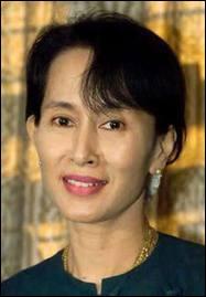 Avril : Le premier et c'était pas une blague ! Après 20 ans de résidence surveillée, Aung San Suu Kyi est élue députée de son pays...