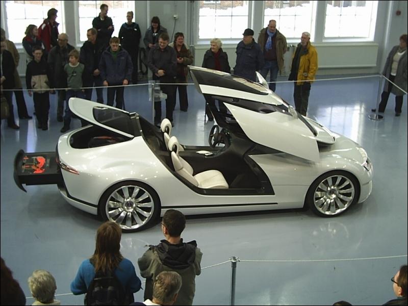 Quelle est la marque de cette voiture très futuriste ?