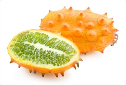 Appelé aussi concombre cornu d'Afrique, est un fruit ovoïde, et recouvert de cornes pointues. Il possède une pulpe verte translucide et très juteuse.
