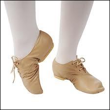 Dans le même genre, il y a la fausse chanson traditionnelle, comme la fameuse   ?   d'Yves Duteil : vous savez, ça fait  Vous avez appris la danse DANSE, vous avez appris le pas PAS... .