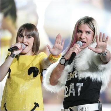 Ah, dans le genre, ce duo Yelle-Michael Youn en Christelle Bazooka est génial. Impossible de ne pas chantonner le refrain ensuite, hein hein...