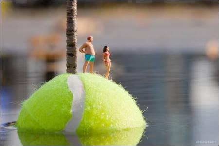 Voici le projet titré Les petits bonshommes d'un artiste nommé Slinkachu qui photographie de minuscules bonshommes en situations variées. Ici, ils sont sur une balle de tennis, et si vous voyiez la photo en entier, vous verriez...