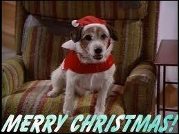 De quelle célèbre série comique ce célèbre petit chien, ici en tenue de noël, est-il l'un des personnages (le fauteuil est un gros indice) ?