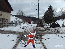 Un accident est si vite arrivé ... Si le père Noël portait un gilet jaune fluo, il risquerait moins de se faire renverser par un train :