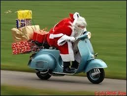 Comment s'appelle la structure qui permet au père Noël de cette photo de transporter des cadeaux avec sa moto ?