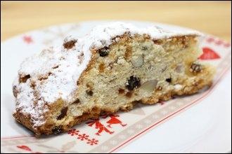 Alsace. Ces gros gâteaux sont moulés à la main et cuits couchés sur une tôle. La forme représente l'Enfant Jésus enveloppé dans ses langes.