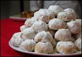 Des sablés aux amandes enrobés de sucre glace : les kourabiédes. Où peut-on les déguster ?