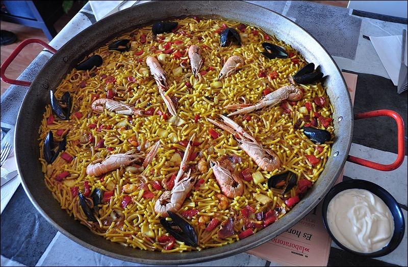 C'est une spécialité valencienne, plat de pêcheur, à base de vermicelles cuits dans un bouillon de poisson parfois agrémenté de morceaux de calmars ou seiches.