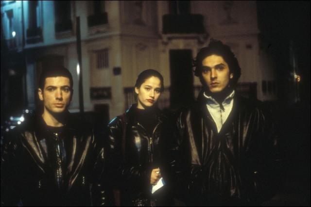 Comment s'appelle ce film de Bertrand Tavernier tiré d'un fait divers parisien des années 1980 dans lequel une fille et deux garçons assassinent des hommes riches pour les dépouiller de leurs biens ?