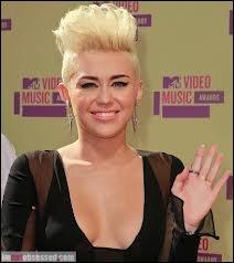 Comment s'appelle cette chanteuse qui a récemment coupé sa belle crinière brune pour cette sidecut ?