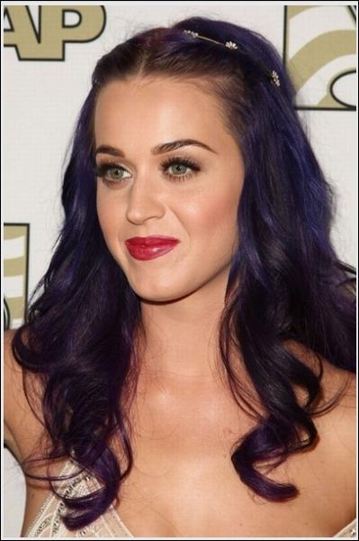 Comment s'appelle cette chanteuse qui teint toujours ses cheveux ?